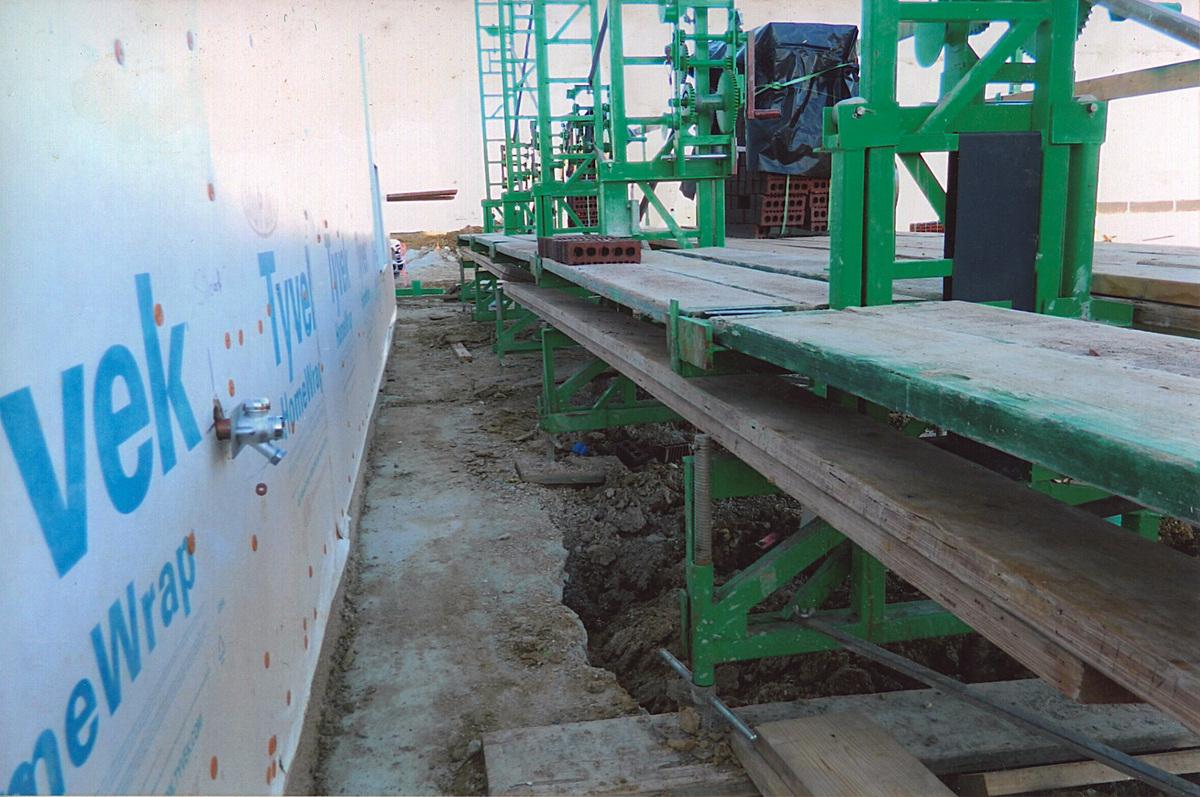 Crank-up scaffolding walk boards