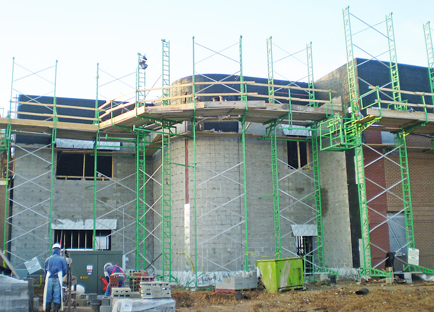 Inside-outside radius crank-up scaffolding